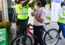 Entregaron más de 120 elementos luminosos a los ciclistas durante la semana de la seguridad vial